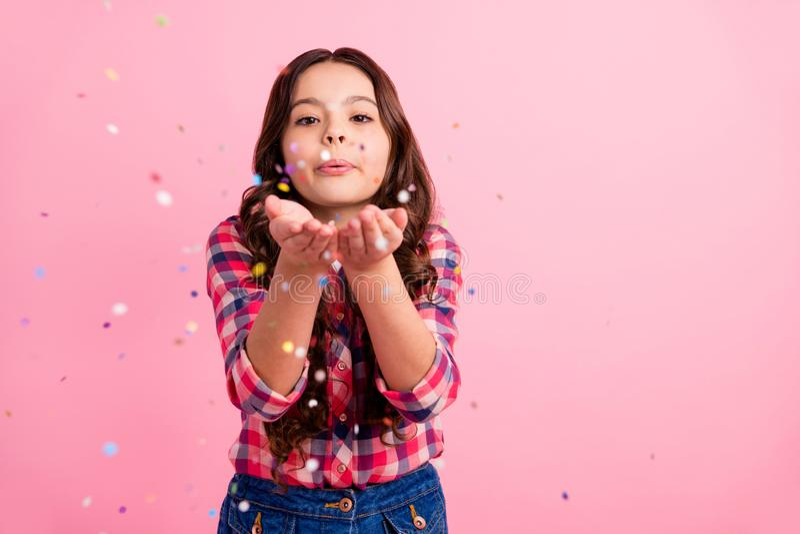El retrato del niño agradable precioso encantador envía besos del aire hace que la inocencia de la sensación del tiempo libre del imagenes de archivo