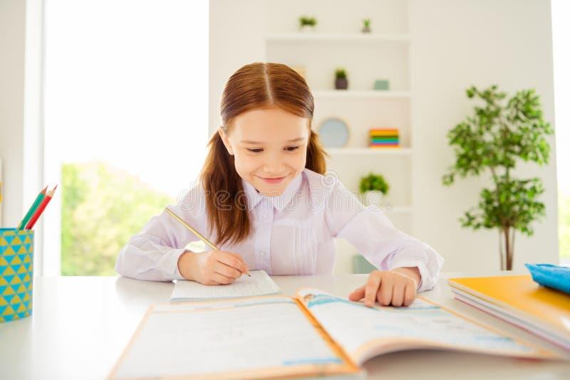 El retrato del niño precioso adorable encantador tiene blusa blanca de la camisa de la sensación de los cursos del desgaste astut imagenes de archivo