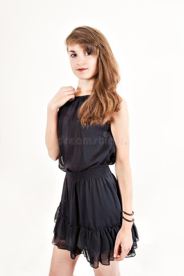 El retrato del pelirrojo descontentó a la muchacha con los brazos cruzados con el pelo y las pecas rojos en el fondo blanco, conc fotografía de archivo