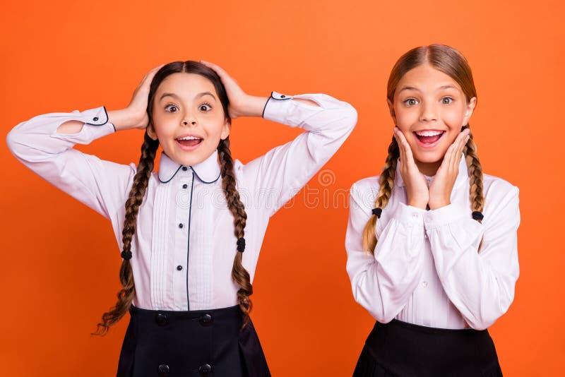 El retrato del positivo emocionado alegre alegre dulce encantador agradable precioso atractivo agradable asombró a muchachas pre- foto de archivo