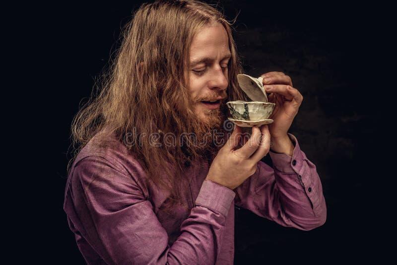 El retrato del primer de un varón feliz del inconformista del pelirrojo con el pelo largo y la barba llena vistió en controles de foto de archivo