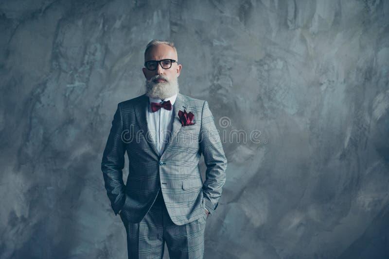 El retrato del sostenido rico confiado hermoso rico se vistió en che fotografía de archivo
