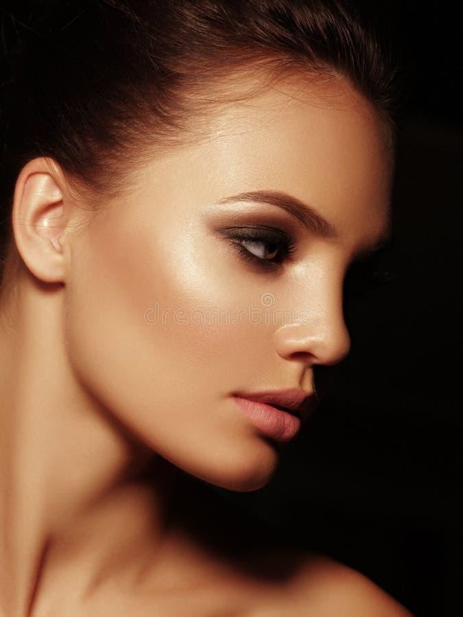 El retrato elegante de la belleza de una morenita desnuda atractiva atractiva con los labios llenos y los ojos ahumados componen  foto de archivo