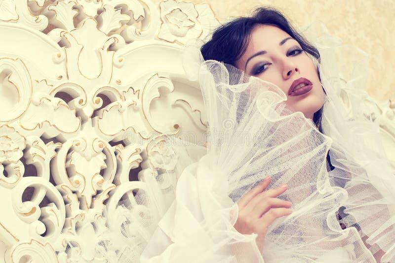 El retrato emotivo de una reina hermosa le gusta la novia de la muchacha en clase imágenes de archivo libres de regalías