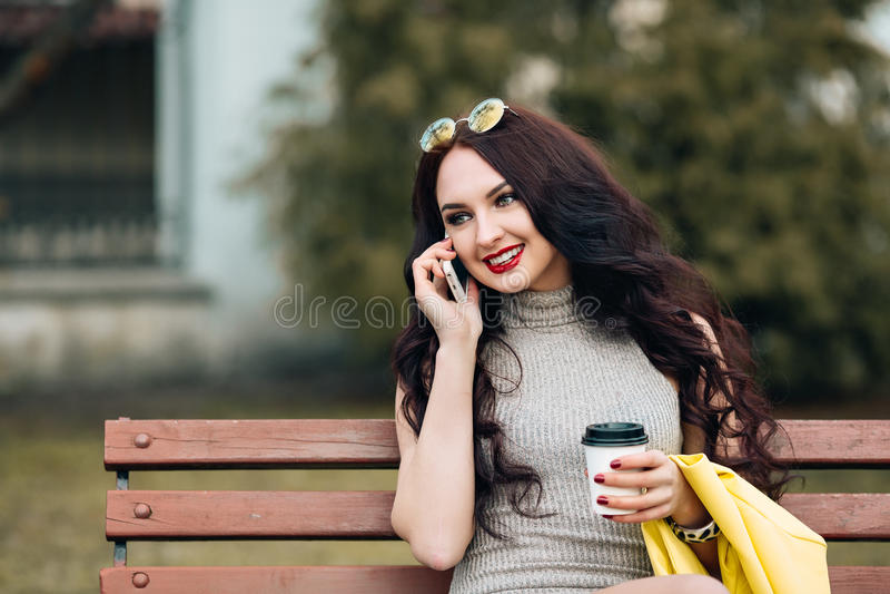 El retrato interior de la moda de la forma de vida de la mujer hermosa linda, pelo rizado largo, piel perfecta, inconformista vis foto de archivo