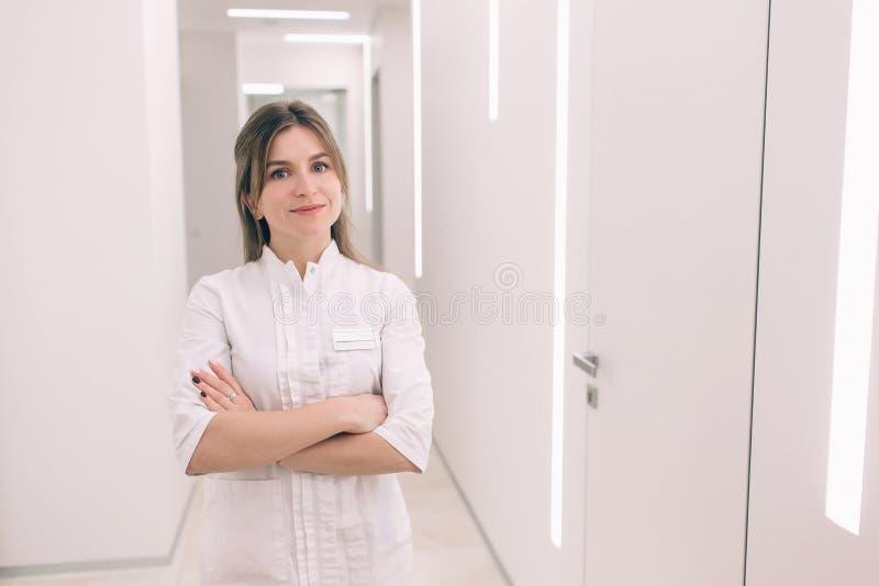 El retrato joven de la enfermera contra la perspectiva del hospital imagen de archivo