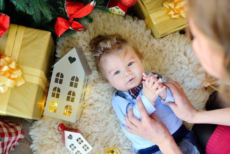 El retrato lindo del pequeño bebé celebra la Navidad Días de fiesta del ` s del Año Nuevo El muchacho en boytie miente debajo del fotos de archivo libres de regalías