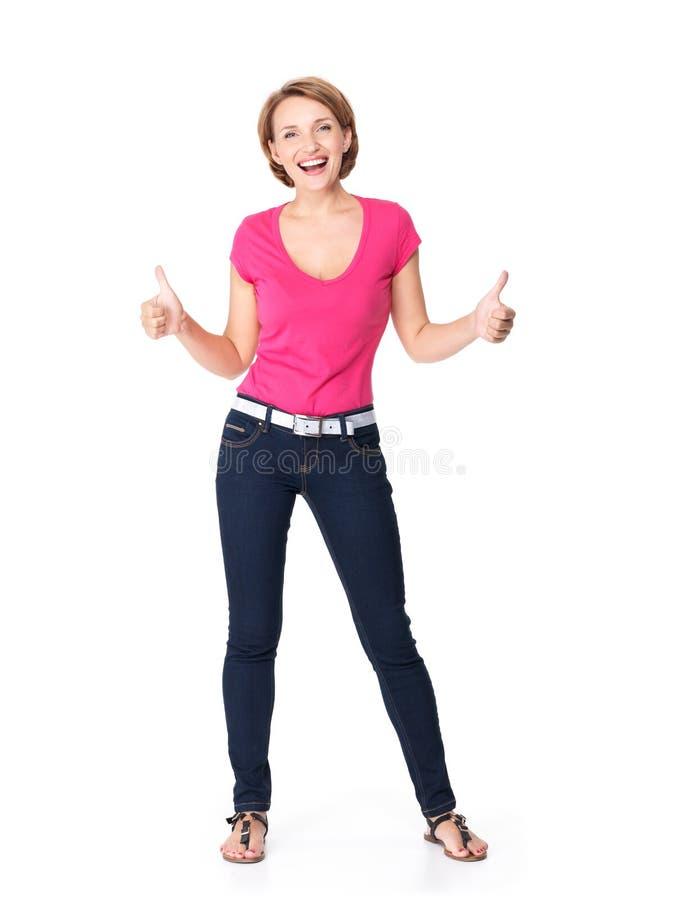 El retrato lleno de una mujer feliz adulta con los pulgares sube la muestra imagen de archivo libre de regalías