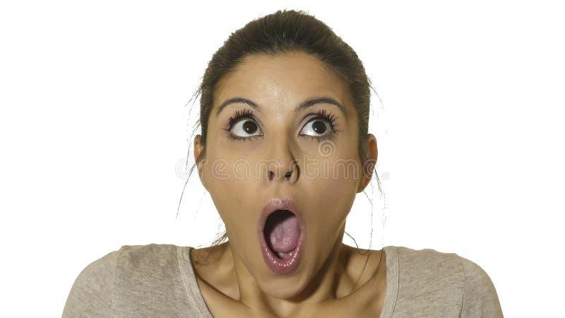 El retrato principal de la mujer hispánica feliz y emocionada joven 30s en sorpresa y la expresión asombrosa de la cara observa y fotos de archivo