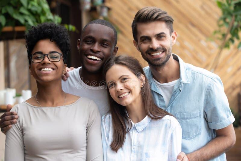El retrato tirado principal de amigos multiétnicos felices mira la cámara fotografía de archivo