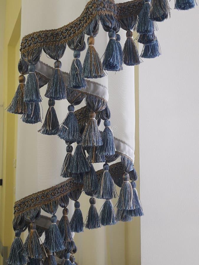 el retvo del vintage cepilla las cortinas de Tulle en la ventana imagen de archivo