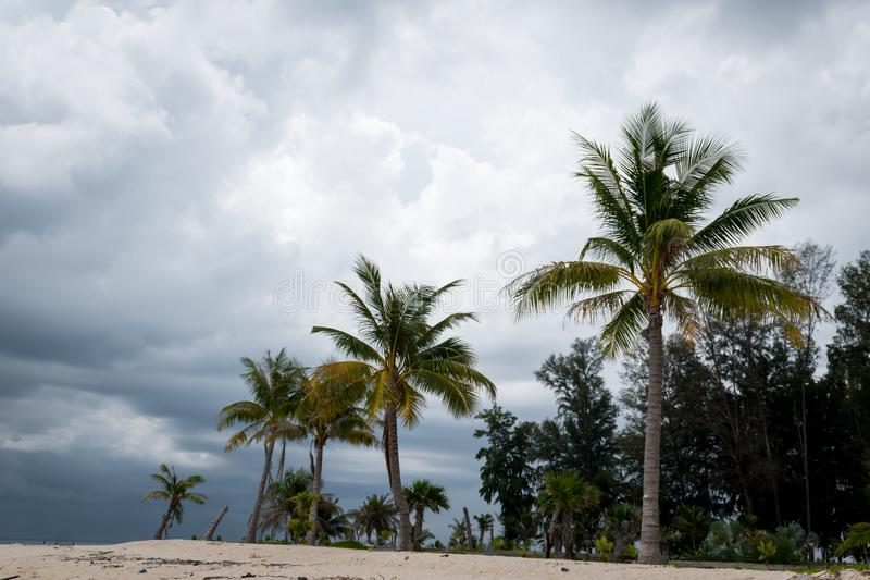 El revestimiento del cielo en la playa, no es un día muy bonito para el viaje imagen de archivo libre de regalías