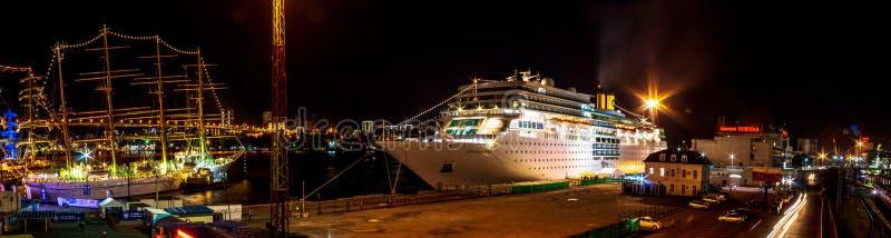 El revestimiento marino Costa Romantica amarró en la noche en el embarcadero en el centro de la ciudad de la ciudad de Extremo Or fotos de archivo libres de regalías