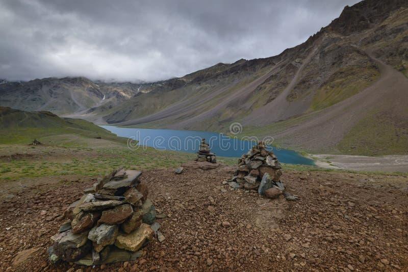 El rezo empiedra cerca del lago chandrataal en el valle de Spiti imágenes de archivo libres de regalías