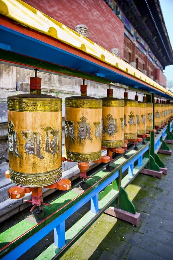 El rezo rueda adentro el templo imagen de archivo