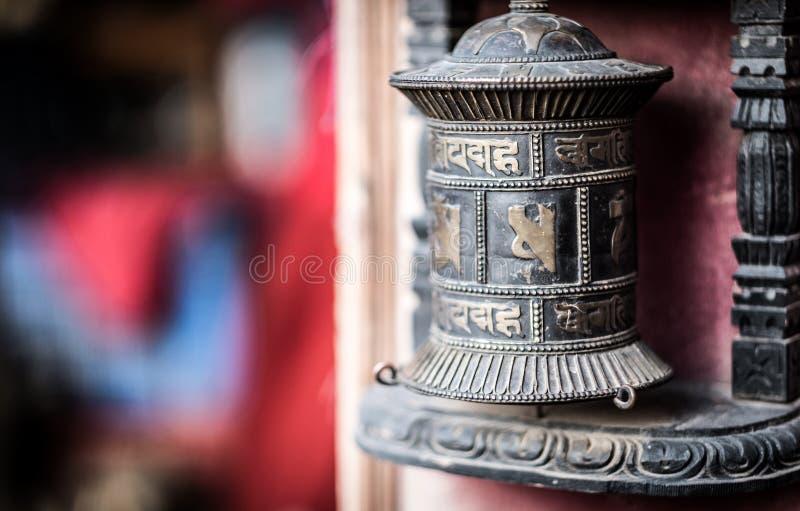 El rezo rueda adentro el templo budista, Katmandu, Nepal imagen de archivo libre de regalías