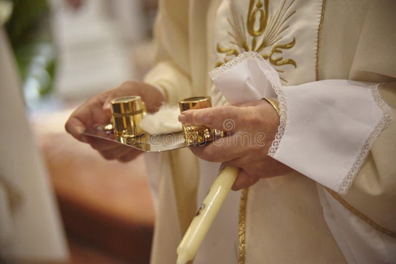 El rito del bautismo cristiano fotos de archivo