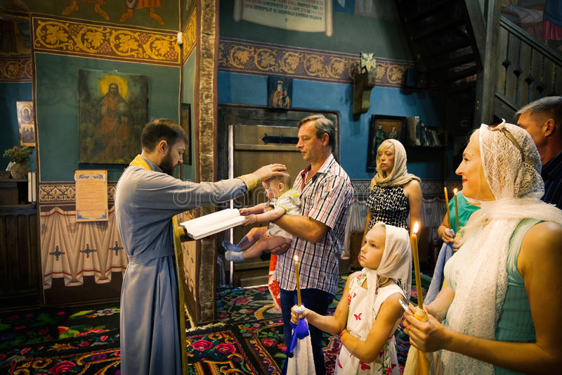 El rito ortodoxo santo del sacramento del bebé recién nacido del bautismo imagen de archivo libre de regalías