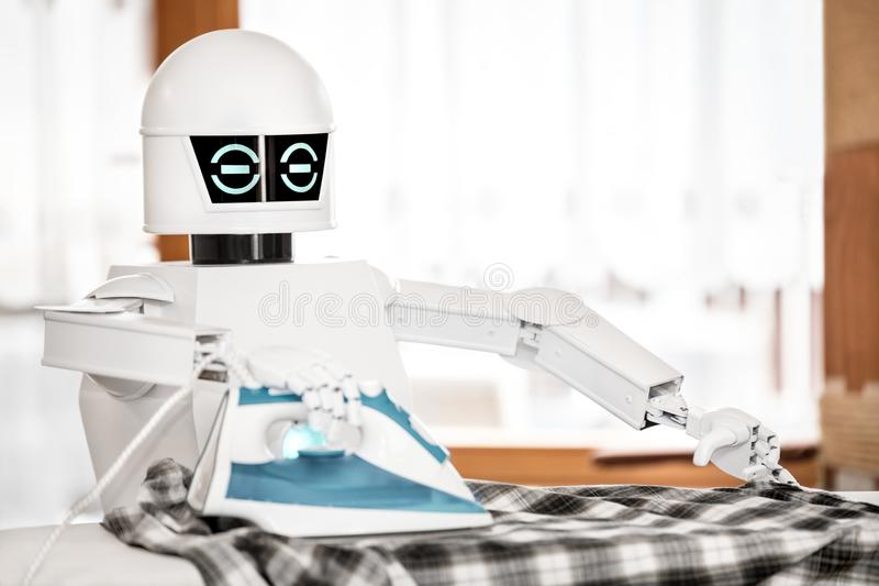 El robot autónomo del servicio está planchando fotografía de archivo
