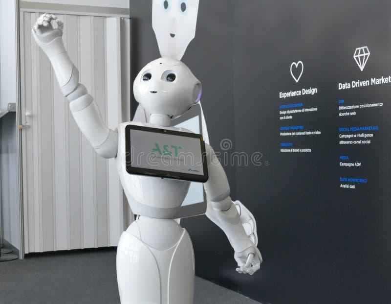 El robot de la pimienta de Softbank proporciona ayuda en feria de la automatización fotos de archivo