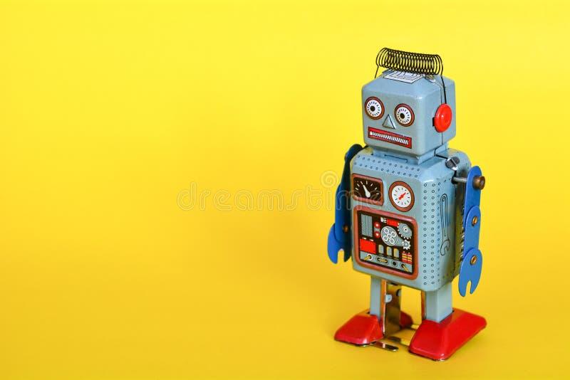 El robot del juguete de la lata del vintage aisló foto de archivo