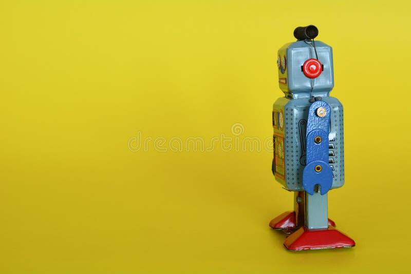 El robot del juguete de la lata del vintage aisl? imagen de archivo