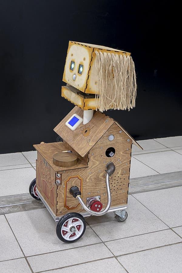 El robot-juguete graciosamente del vintage de la madera contrachapada imagen de archivo