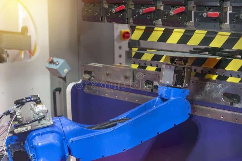 El robot para el metal que da la chapa en la formación de proceso fotos de archivo