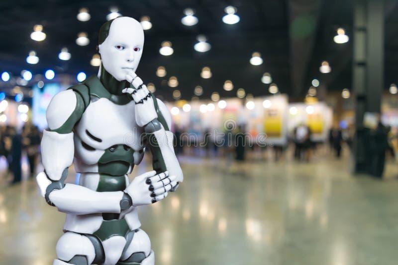 El robot piensa ideas inteligentes de la tecnología del negocio fotografía de archivo libre de regalías