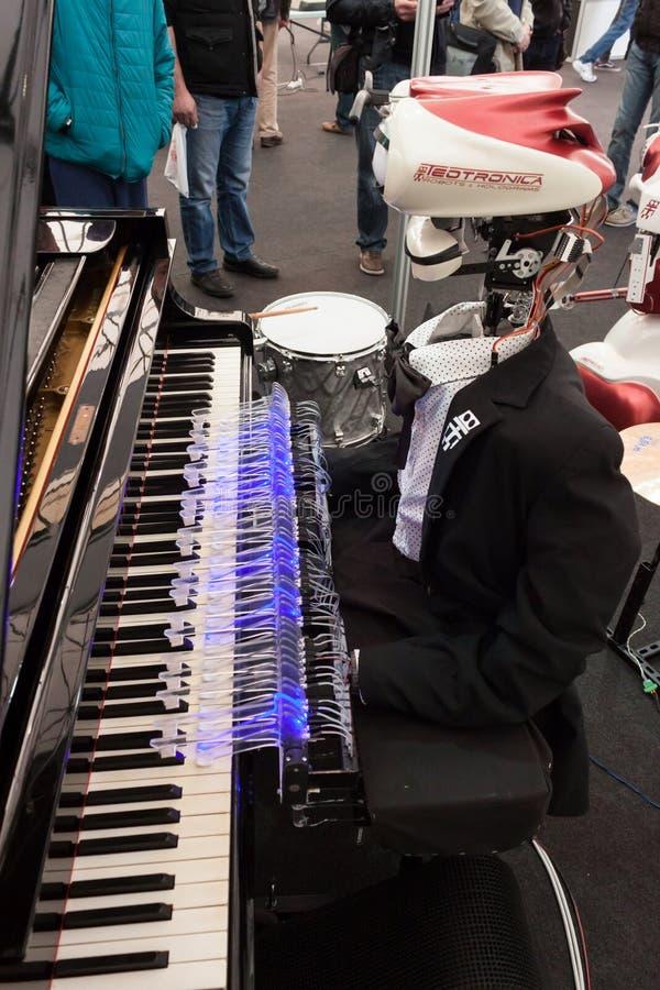 El robot que juega el piano en el robot y los fabricantes muestran foto de archivo libre de regalías