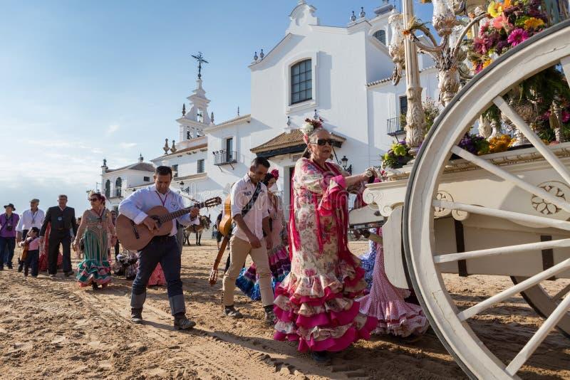 el rocio,安达卢西亚,西班牙- 5月22 :romeria在参观圣所以后去村庄