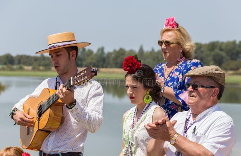 El ROCIO, АНДАЛУСИЯ, ИСПАНИЯ - 22-ое мая: Romeria после посещения святилища идет к деревне стоковая фотография