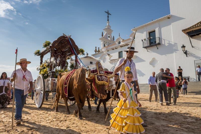 El ROCIO, АНДАЛУСИЯ, ИСПАНИЯ - 22-ое мая: Romeria после посещения святилища идет к деревне стоковые фотографии rf