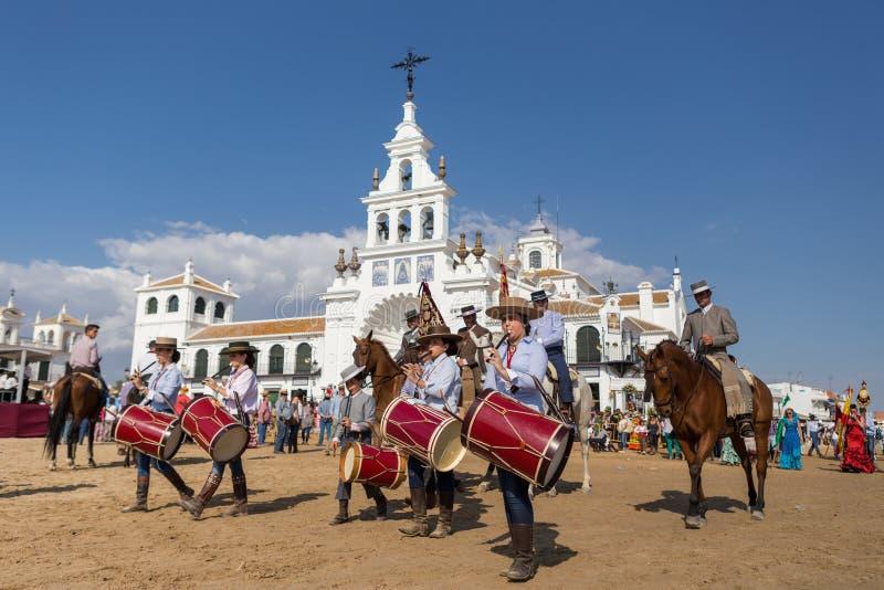 EL ROCIO, ANDALUCIA, ESPANHA - 22 de maio: Romeria após ter visitado o santuário vai à vila imagem de stock