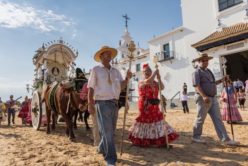 EL ROCIO, ANDALUCIA, ESPANHA - 22 de maio: Romeria após ter visitado o santuário vai à vila fotografia de stock