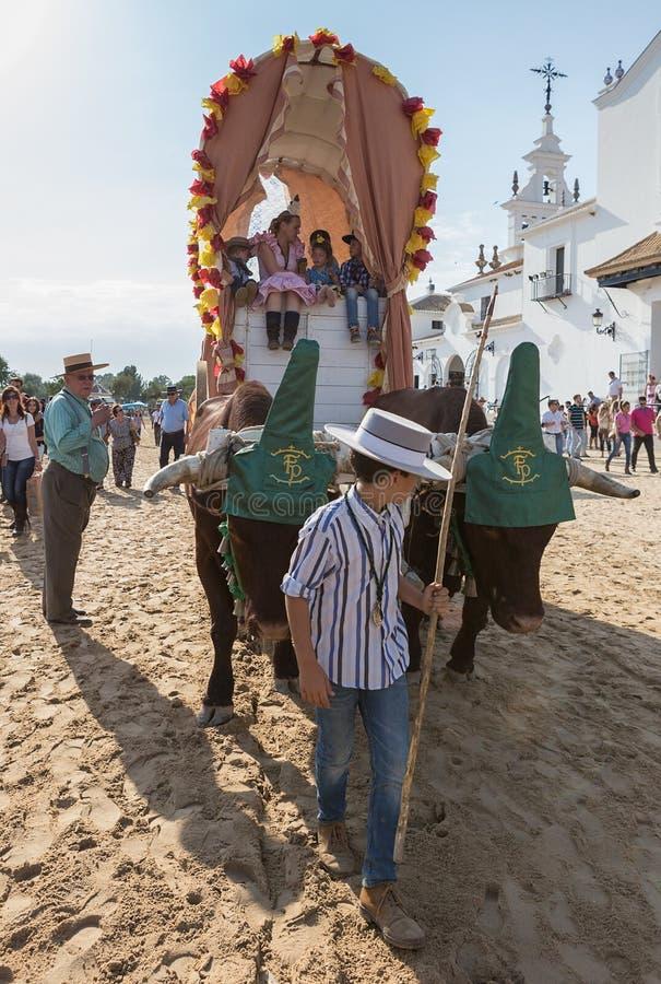EL ROCIO, ANDALUCIA, ESPANHA - 22 de maio: Romeria após ter visitado o santuário vai à vila foto de stock