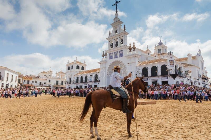 El ROCIO, ANDALUCIA, HISZPANIA - 26 2016 CZERWIEC: Plac blisko kościół, jeźdza czekanie dla ochrzczenia stado Tłum obrazy stock