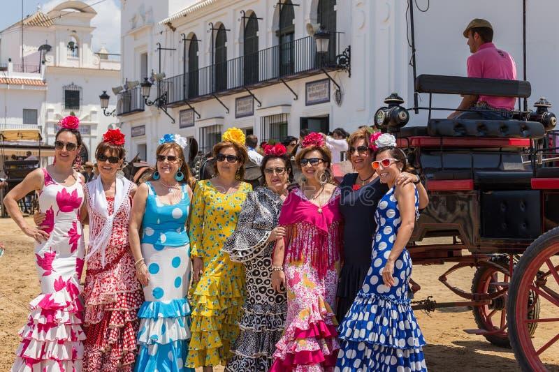 El ROCIO, ANDALUCIA HISZPANIA, MAJ, - 22: senoritas dziewczyny poza dla fotografów na zewnątrz kościół 2015 roczny festiwal relig obraz stock