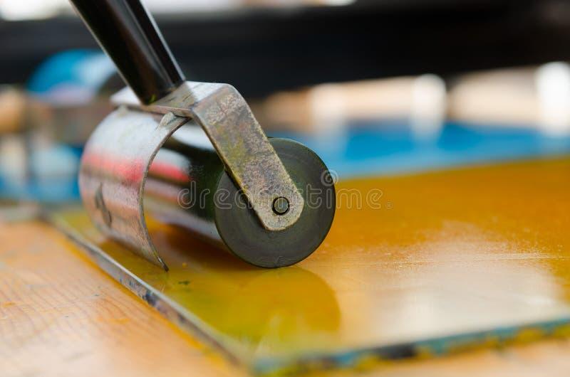 El rodillo de pintura acrílica se preparó para la mono impresión y la impresión de la pantalla imágenes de archivo libres de regalías
