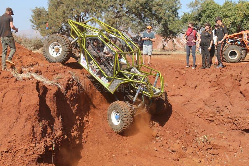 El rodillo verde metálico enjauló descenso escarpado descendente del coche en dugou imagen de archivo