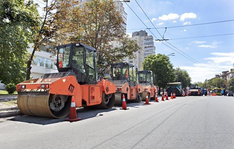 El rodillo vibrante del camino pesado tres sella listo para la reparación del camino en una ciudad moderna imagen de archivo libre de regalías