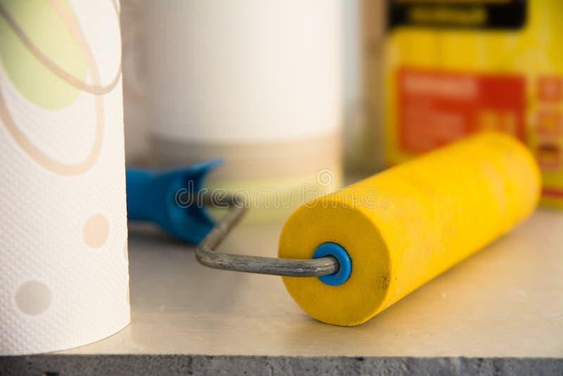 El rodillo y el vinilo de goma del papel pintado wallpaper para la reparación del sitio fotografía de archivo libre de regalías