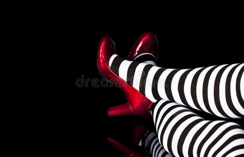 El rojo calza las medias rayadas imagen de archivo libre de regalías