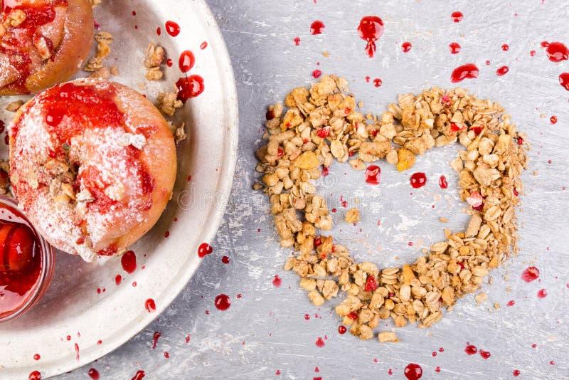 El rojo coció el requesón y el Granola rellenos las manzanas con el atasco Alimento de la dieta sana Corazón del Granola foto de archivo libre de regalías