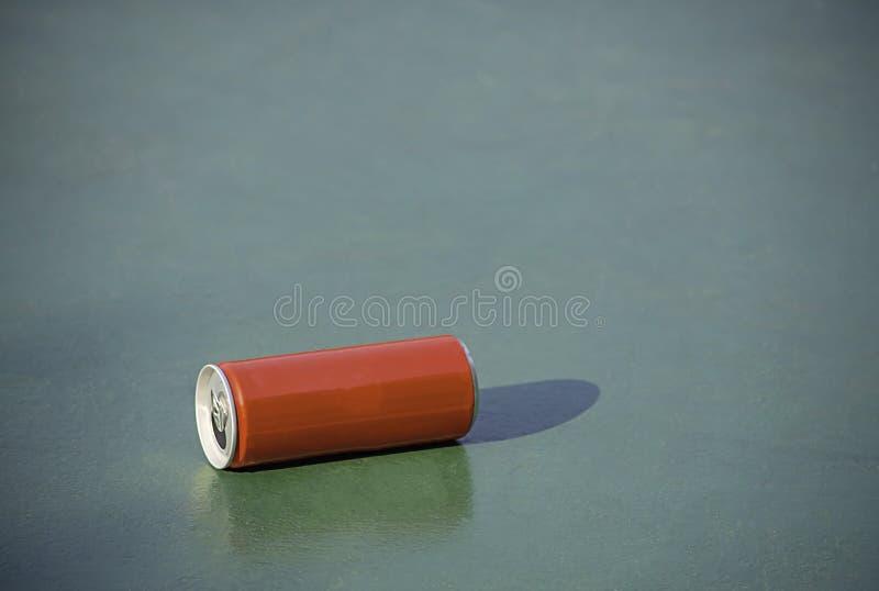 El rojo conservado de la bebida en pisos concretos pintó verde foto de archivo