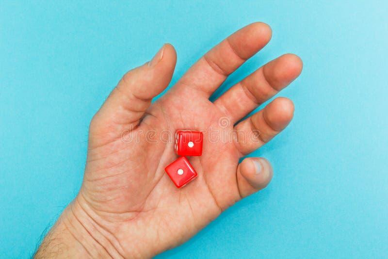 El rojo corta en cuadritos en la mano, fracaso fotografía de archivo libre de regalías