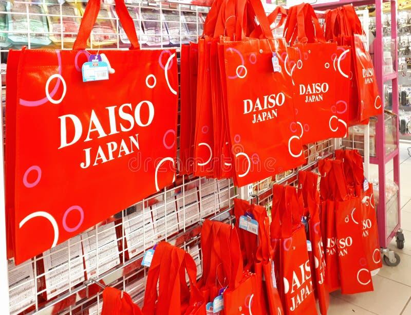 El rojo de la marca de DAISO recicla el panier fotografía de archivo