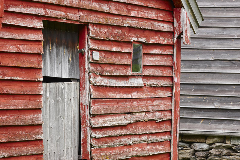 El rojo de madera noruego tradicional coloreó fachadas de las casas de la cabina O fotos de archivo