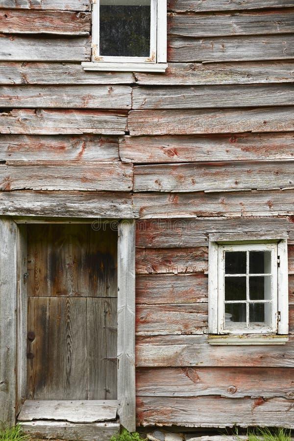 El rojo de madera noruego tradicional coloreó fachadas de las casas de la cabina O imagenes de archivo