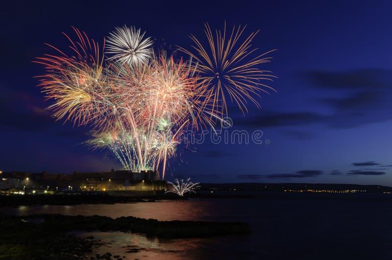 El rojo de Portstewart navega los fuegos artificiales fotografía de archivo